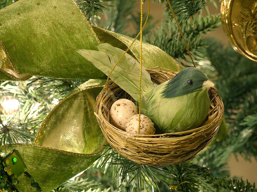 irish green bird w nest ornament